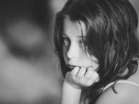 Маленькая девочка грустит