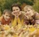 Мама с детьми на траве