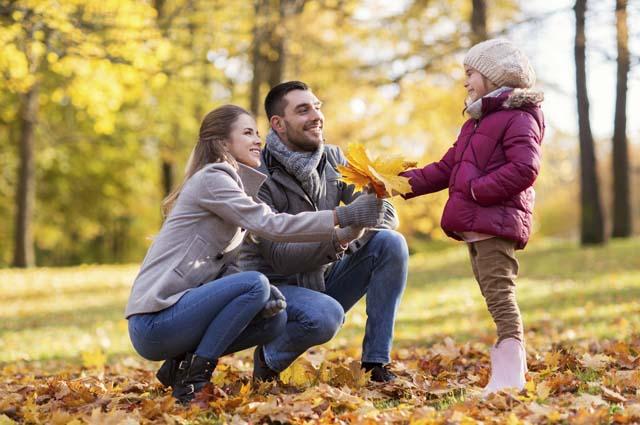 Молодая пара с дочкой в парке