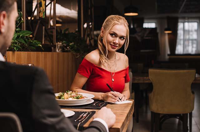 Блондинка страстно смотрит и пишет номер