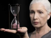 Взрослая женщина с песочными часами
