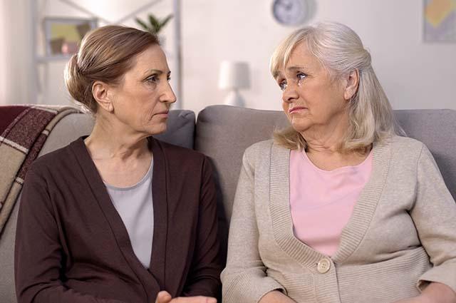 Две пожилые женщины смотрят друг на друга
