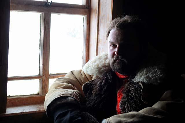 Деревенский мужчина у окна