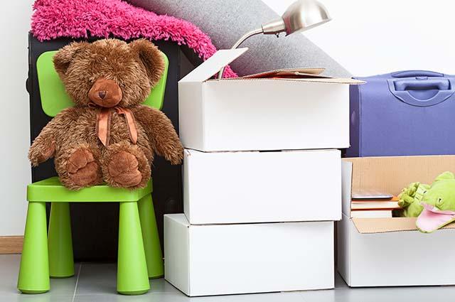 Детские вещи в коробках