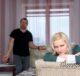 Дочь расстроена, отец на заднем фоне