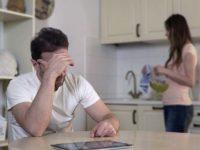 Жена критикует мужа за низкую зарплату