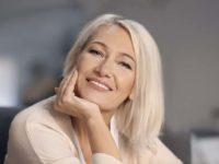 Женщина средних лет улыбается
