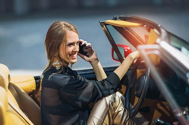 Красивая девушка за рулем авто