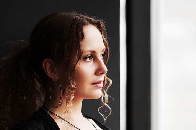 Красивая девушка смотрит в окно