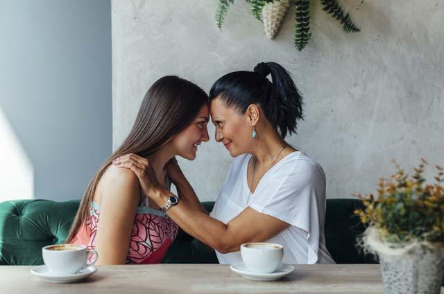 Мама и дочь в кафе