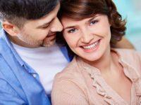 Молодой человек целует женщину