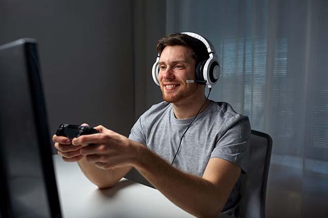 Мужчина играет на компьютере