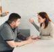 Мужчина и женщина ссорятся на кухне