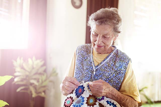 Пожилая женщина вяжет