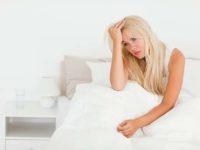 Уставшая женщина в кровати