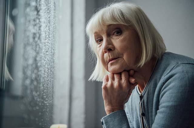 Вдумчивая пожилая женщина
