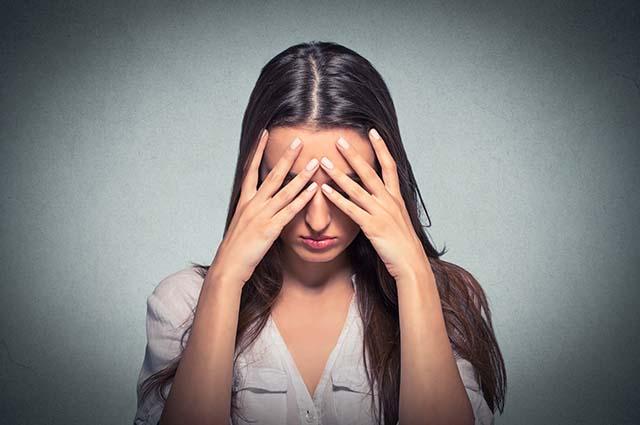 Девушка расстроена, закрывает лицо
