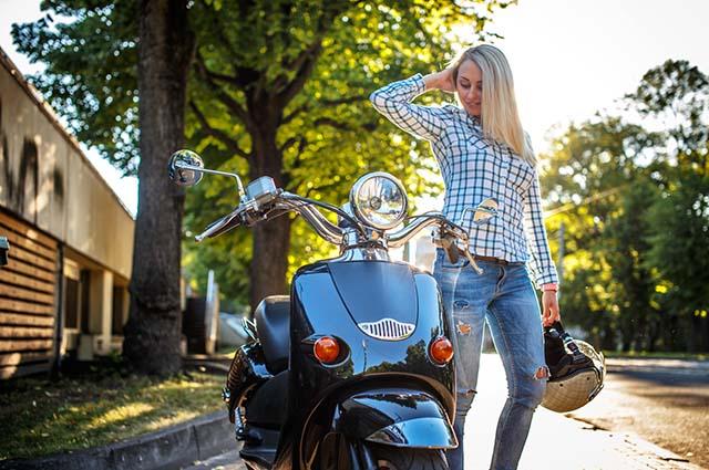 Девушка рядом со скутером