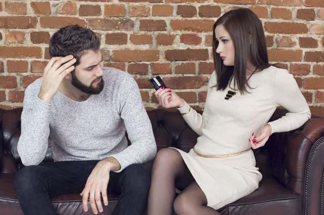 Жена берет карту мужа