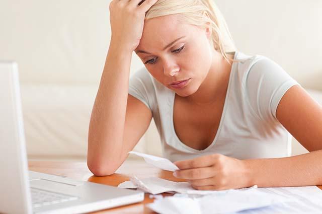 ЖЕнщина изучает счета