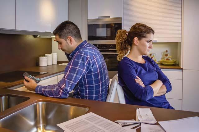 Муж с женой сидят спиной друг к другу, ссора