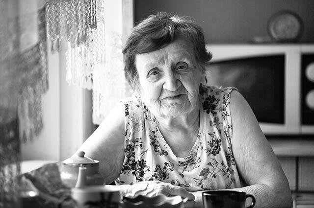 Портрет пожилой женщины на кухне