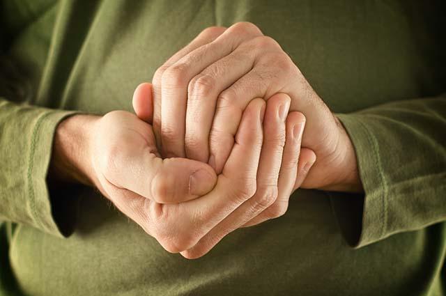 Руки человека сжатые в клубок