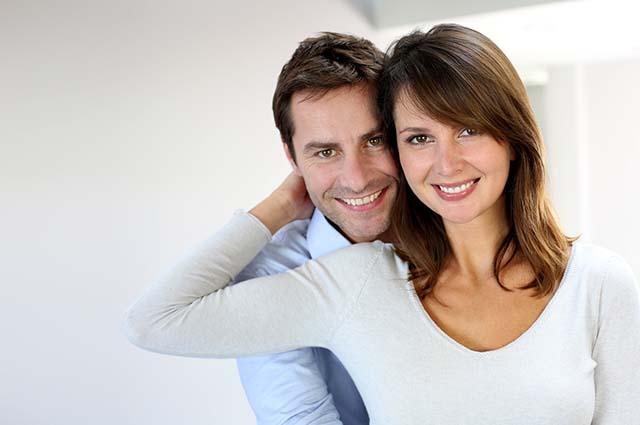 Счастливая молодая пара обнимается