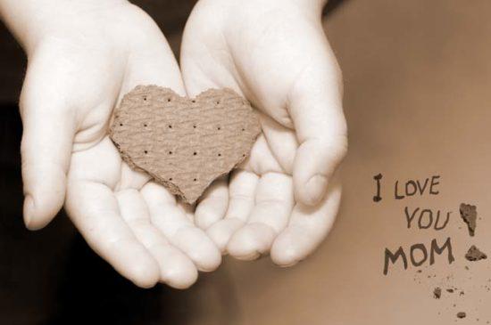 В руках ребенка сердечко из печенья