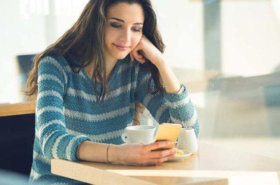Девушка переписывается на сайте знакомств