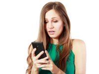 Женщина расстроена, читает смс