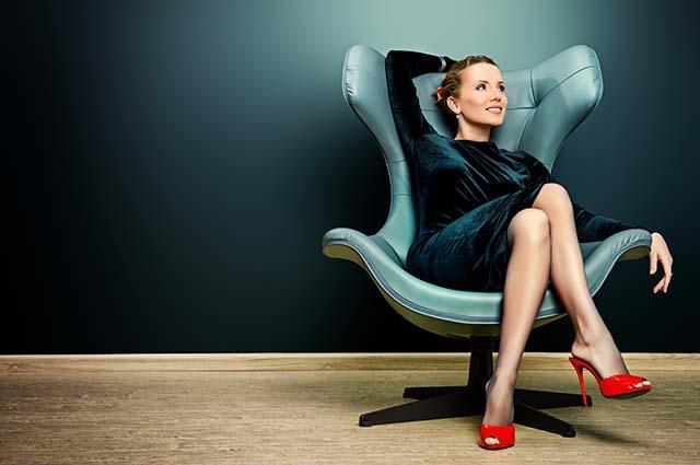 Красивая девушка в кресле