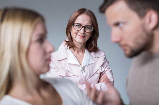 Муж объясняется перед женой, свекровь довольна