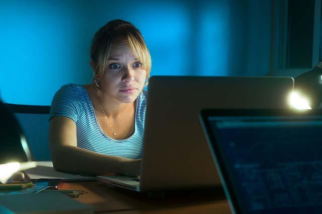 Напуганная женщина за компьютером