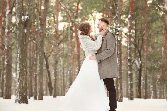 Невеста с женихом в лесу