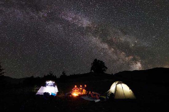 Палатка в лесу ночью