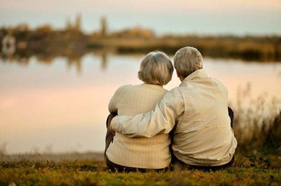 Пожилые люди сидят на природе