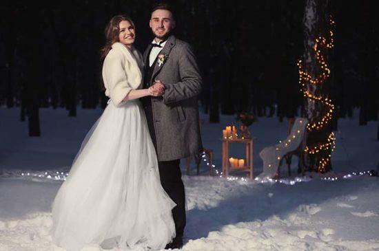 Жених с невестой вечером в лесу