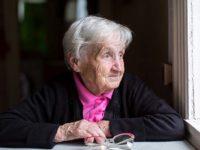 Пожилая женщина у окна