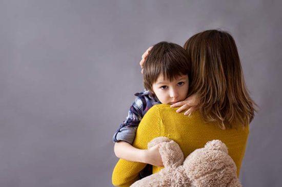 Мама держит ребенка на руках