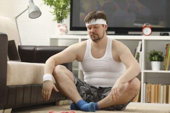 Мужчина занимается йогой на полу