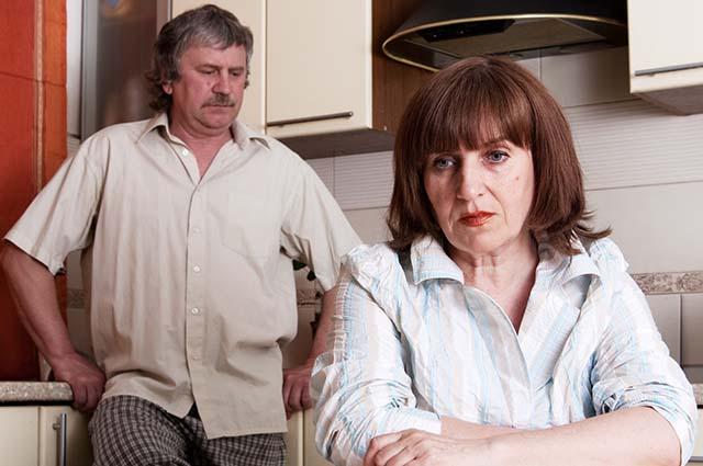 Муж с женой конфликт на кухне