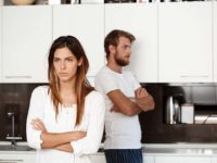 Недовольная девушка на кухне с мужем