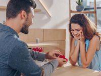 Парень дарит девушке кольцо