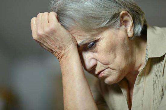 Пожилая женщина переживает