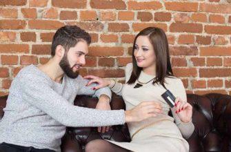 Девушка берет кредитную карту у мужчины