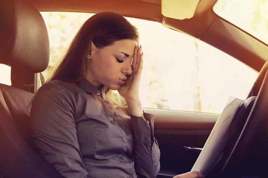 Девушка в автомобиле с документами
