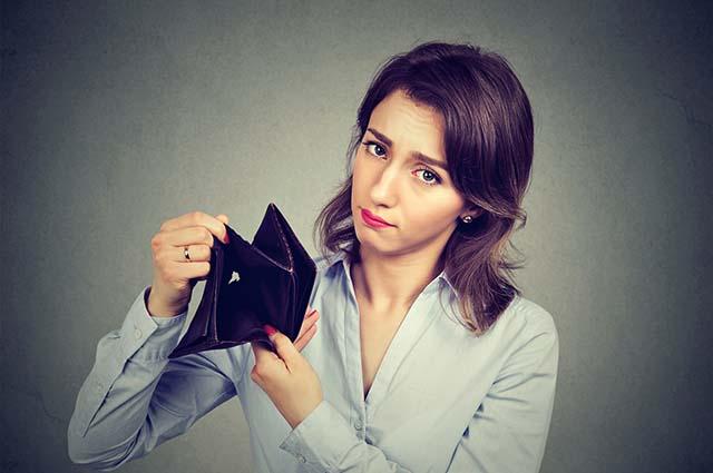 Девушка показывает пустой кошелек
