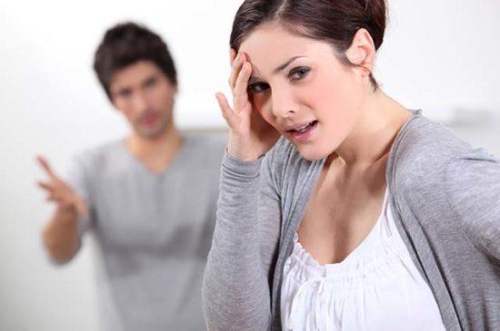 Женщина расстроена, ссора с мужем