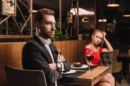 Мужчина и женщина ссора в ресторане